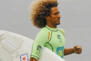 Surfista que sobrevivió a las recientes inundaciones en Costa Rica, viajó para competir en los JJOO (VIDEO)