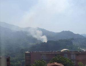 ¡Ahogados en humo! Incendios en cerros en la vía San Diego – El Rincón afectan a urbanizaciones en Barcelona
