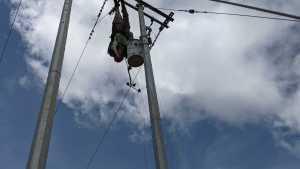 Se lanzó en parapente y quedó colgando de un poste eléctrico en el Valle del Cauca, Colombia (VIDEO)